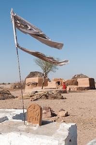 Petit hameau dans le désert du Thar, appelé aussi le Grand Désert indien ou le Pays de la mort. C'est un désert qui s'étend de l'État du Rajasthan au nord-ouest de l'Inde au Pakistan où il porte le nom de désert du Cholistan. C'est le 7e désert dans l'ordre de la superficie (200 000 km²). Il est encadré par l'Indus à l'ouest et la chaîne des Ârâvalli à l'est. Plus qu'un véritable désert, il s'agit en fait d'une étendue steppique où on rencontre une végétation très clairsemée dont seules les dunes suffisamment étendues sont dépourvues. Il reçoit moins de 200 mm d'eau par an. C'est aussi le désert le plus densément peuplé au monde. Cette zone est devenue désertique relativement récemment — peut-être entre 2000 av. J.-C. et le 1500 av. J.-C. À cette époque le fleuve Ghaggar cesse d'être un cours d'eau important et se perd dans le désert.