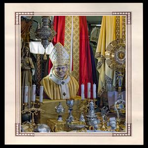 Vitrine d'objets de culte et de décoration catholique près du Vatican