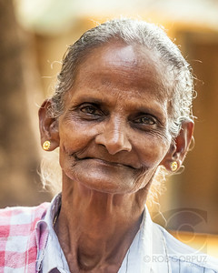 WOMAN - On the way to Munnar, India