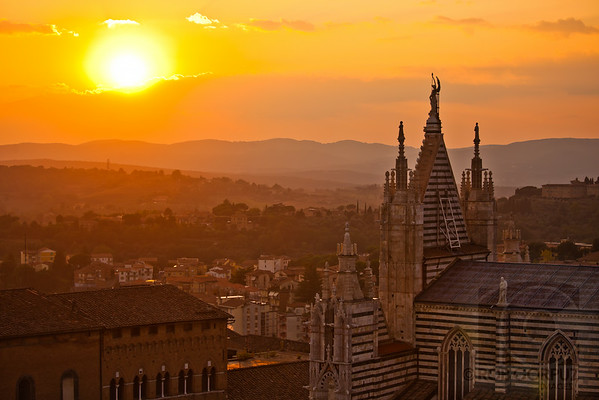 THE SUN SETS OVER SIENA - Siena, Italia