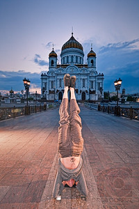 JAMIE DOES A HEAD STAND ON A BRIDGE - Moscow, Russia