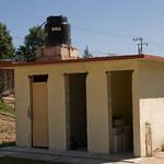 Les toilettes pour les enfants ne sont pas non plus achevées, il manque deux portes mais l'essentiel est là.
