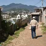 """Sergio porte toujours avec lui une sacoche, dans laquelle il transporte, pansements, pommade, ciseaux...etc. Beaucoup de ces produits lui sont offerts par des personnes qui l'ont rencontré au cours de leur séjours à San Cristobal de las Casas. Les soutiens au sein même de la ville lui font défaut, malgré toute la reconnaissance dont il est l'objet. Mais comme il le dit """" je préférerais avoir moins de marque sympathie mais plus d'aide matériel..."""""""