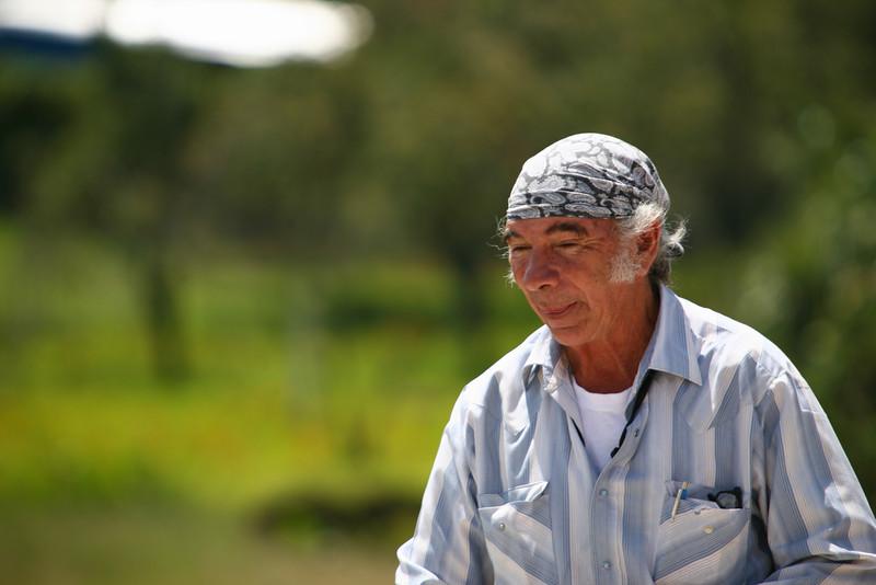 Sergio est un de ces hommes exceptionnel que l'on rencontre rarement dans une vie mais qui par leur action lui donne un sens profond. Dépassant les barrières politiques, religieuses, depuis plus de quarante ce Mexicain de Chihuahua, travaille pour les communautés indiennes de L'état du Chiapas dans le sud du Mexique. Ingénieur agronome, vétérinaire, il s'est formé à la médecine, puis spécialisé dans le soins des brûlures. Chaque jour il se déplace à San Cristobal de las Casas ou dans les villages environnants pour soigner. Il a fait construire depuis son arrivée 25 écoles. La prochaine est en cours de construction mais la recherche de financement reste la partie la plus difficile.