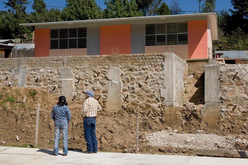 Un deuxième bâtiment pas encore achevé par manque de moyens mais Sergio n'est pas un homme qui se laisse abattre par les difficultés. Il prendra le temps qu'il faut mais cette salle destinée aux plus grands s'ouvrira.