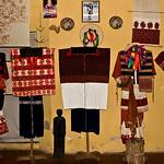 Voici une toute petite partie des costumes traditionnels, qui furent offerts à Sergio, tout au long de ses années passées auprès des indiens du Chiapas. La richesse des couleurs, des formes, sont le reflet de la diversité culturelle de cet état du Mexique, du soucis  de ces populations d'affirmer leur différence mais aussi de marquer par leur vêtement leur attachement à leur communauté.