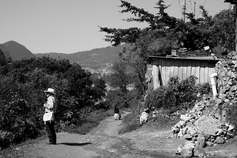 Loin des sites touristiques, loin des routes balisées, les chemins qu'emprunte Sergio sont souvent difficiles d'accès, longs et demande beaucoup de force et de courage mais ce sont ceux qu'il a choisit de prendre tout au long  de sa vie. Il est dit que le plus important n'est pas de trouver sa place mais de parcourir le chemin qui y mène. Sergio parcoure le sien depuis 62 ans maintenant, celui qui conduit à l'Humanité.