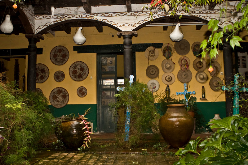 Le musée de Sergio est d'une rare richesse Il recèle les costumes des communautés indigènes du Chiapas depuis plus de quarante ans, des sculptures, des objets de la vie quotidienne des indiens,des peintures, des sculptures...etc. On peut voir également dans une petite pièce, des photos, des témoignages, ou des articles de presse relatant l'action de cet homme d'une rare humilité.