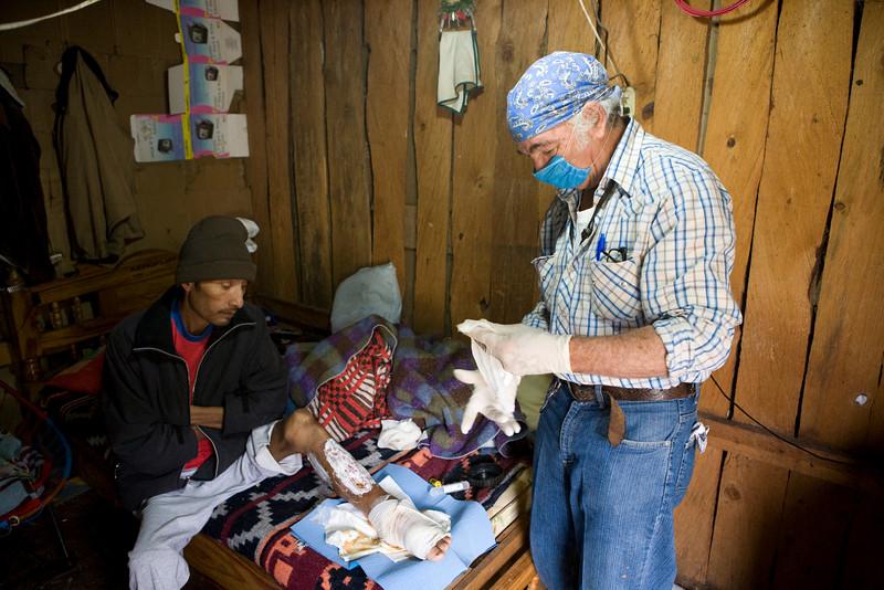 Sergio est venu soigner cet homme qui souffre d'une gangrène avancée et agravée par du diabète. Rejeté de l'hôpital, il reste chez lui et attend avec impatience la visite de Sergio qui n'est pas simplement un médecin mais aussi un soutien et une écoute. Le plaisir de nous voir occultait sa maladie et un peu de soleil lui rendit le goût de sortir de sa cabane où les nuits sont froides  à  plus de 2000 mètres d'altitude, même sous les tropiques.