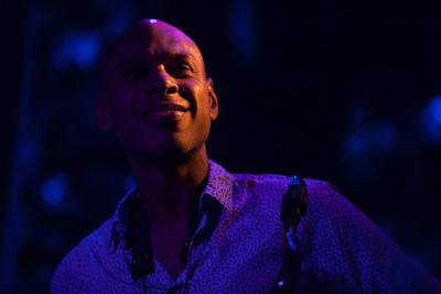 Le saxophoniste Joshua Redman est l'un des musiciens de jazz les plus visibles de ces 20 dernières années. Véritable boule de feu au début des années 90, ses recherches harmoniques ont très vite atteint de vrais sommets. Que son jazz ait eu la rigueur hard bop ou la nonchalance funky il est salué rapidement par toute la critique comme l'une des figures vitales du Jazz d'aujourd'hui.  Après avoir brillé aux côtés de Pat Metheny, Charlie Haden, Chick Corea, Roy Haynes, Brad Mehldau… à 40 ans passés, le Californien n'avance aujourd'hui, que pour laisser entendre une voix : la sienne. Aussi, il peut rendre hommage à Bud Powell, développer de longs chorus aux harmonies réellement complexes, flirter avec les frontières d'un funk à peine electro ou même disserter simultanément avec une double rythmique (deux batteurs, deux bassistes).  Joshua Redman aux commandes de sa propre sémantique, profonde, ample, ensorceleuse, plurielle nous offre ainsi une musique subtile et euphorisante, d'une grande intelligence, inscrite dans la tradition du jazz mais ouverte sur d'autres univers musicaux. Ouverture illustrée récemment par l'approche avant-gardiste « James Farm » (Aaron Parks, Matt Penman, Eric Harland) en 2011 et par la sortie ce printemps d'un album composé de 12 ballades « Walking Shadows » (Brad Mehldau, Larry Grenadier, et Brian Blade).  Joshua Redman : saxophones Aaron Goldberg : piano Reuben Rodgers : contrebasse Gregory Hutchinson : batterie
