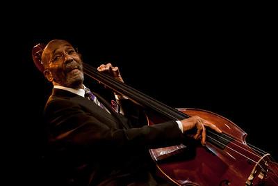 Si la contrebasse est la pierre angulaire du rythme jazz, l'immense jazzman RON CARTER en est sans doute le joyau. Avec plus de 2 000 albums à son actif (en sideman ou en leader), ce pilier de l'extraordinaire rythmique du second quintet de Miles Davis, aux côtés de Wayne Shorter et Herbie Hancock, a traversé l'histoire du jazz du haut de son impressionnante silhouette.  Lui qui se destinait à l'origine au violoncelle et à la musique classique change d'orientation dès les années 50 et se tourne rapidement vers la scène jazz new-yorkaise. Il côtoie alors les plus prestigieux artistes, enregistre avec Sonny Rollins, George Benson, Chet Baker, entre autres. Une liste de noms en or massif, à la mesure de son talent et de sa polyvalence. Solidité, finesse et grâce sont les attributs du jeu de cet interprète impressionnant, doté d'un sens du rythme unique. Avec sa classe légendaire et un son de contrebasse d'une profondeur abyssale, d'une douceur incomparable, RON CARTER fait aujourd'hui figure de légende.  Avec lui à La Petite Pierre, les excellents RUSSEL MALONE à la guitare et DONALD VEGA au piano formeront un trio intimiste au swing impeccable. Les concerts de RON CARTER sont de l'ordre de l'exceptionnel.  RON CARTER : contrebasse RUSSEL MALONE : guitare DONALD VEGA : piano