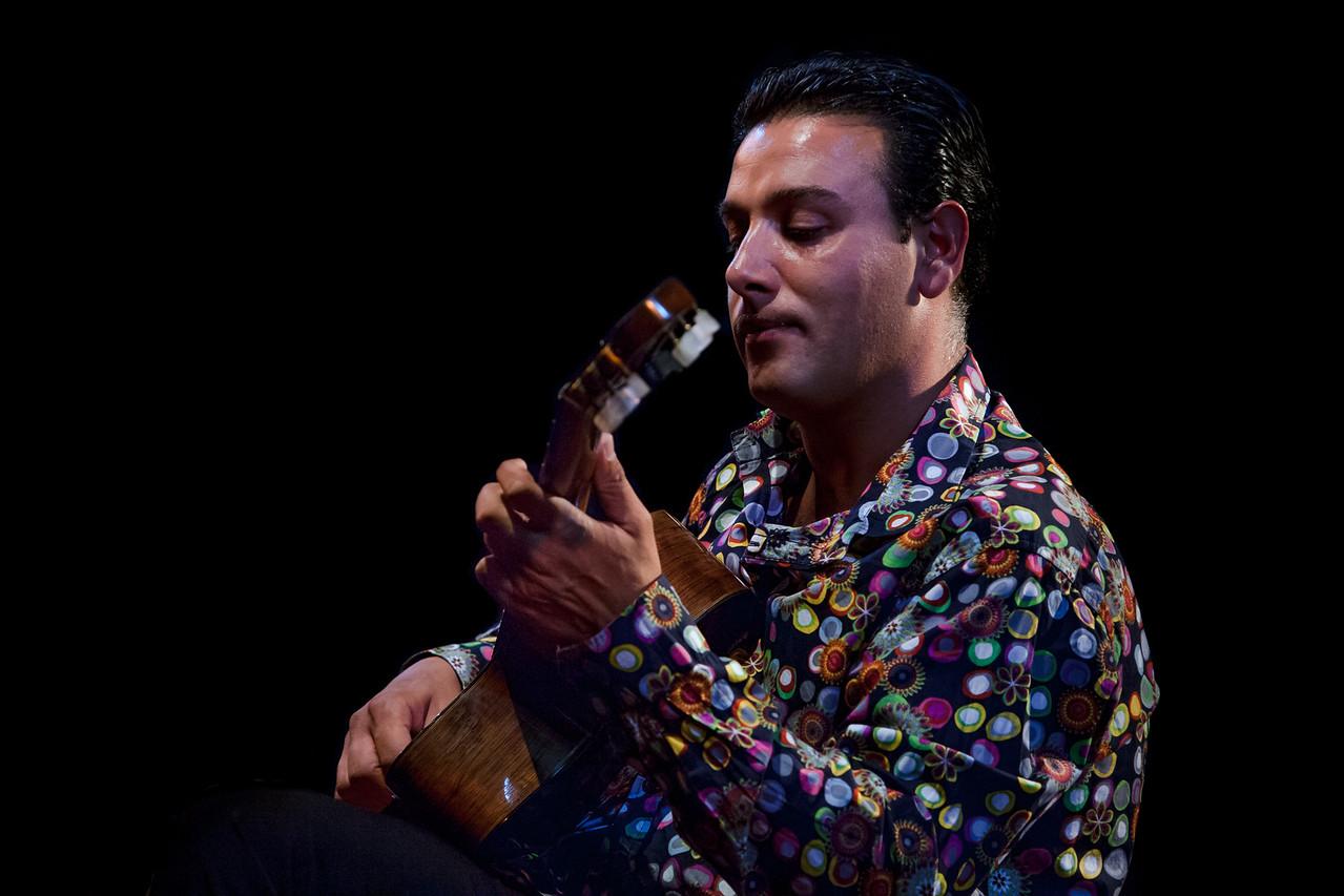 Né dans le nord de l'Alsace, terre de prédilection du swing manouche, Yorgui Loeffler s'est très vite fait remarquer comme l'un des plus intéressants guitaristes de sa génération. Autant dire que ce musicien, hors norme et original, cherche la fameuse note bleue dans un jeu personnalisé et riche.<br /> <br /> Avec Yorgui, on entre dans le monde mélodique d'un jazz d'orfèvre, un swing bleu ciel teinté par une virtuosité incontestable. Son jeu, marqué par la fraîcheur de ses phrasés et par une technique instrumentale époustouflante, est un modèle du genre : fine broderie guitaristique serrée par une rythmique endiablée, un toucher parfois hispanisant, jazzy, toujours magnifique.<br /> <br /> Yorgui Loeffler est également un remarquable compositeur, comme en témoignent les très belles plages de son dernier album. Ce souci d'expressivité avant celui de virtuosité est sans doute ce qui distingue les nouveaux leaders de ce qu'il est convenu de nommer « jazz manouche ».<br /> <br /> Pour ce concert à La Petite Pierre, Yorgui Loeffler invite Franck Wolf. Une rencontre manouche très attendue, entre la guitare d'un virtuose de la six cordes et le saxophone du génial alsacien. Immanquable !<br /> <br /> Yorgui Loeffler : guitare<br /> Billy Weiss : guitare<br /> Jean-Luc Fabre : contrebasse<br /> Franck Wolf : saxophone