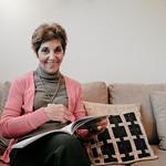 """LUCIA LEVERT DU PORTUGAL : Lucia Levert en retraite active<br /> Par monts et par Vosges, elle parcourait dans sa petite voiture les routes de Strasbourg à Contrexéville pour enseigner la langue et la culture portugaises aux enfants. Par amour et par passion, elle a toujours adoré faire partager sa lusophilie, auprès des jeunes bien sûr, mais aussi auprès de toutes celles et de tous ceux qu'elle a pu croiser dans sa vie, en 37 ans de présence sur le sol alsacien. Elle était venue pour deux ans ! Lucia Levert s'intéresse au monde, milite pour les droits de l'homme un peu partout sur la planète. Elle aime tout dans cette ville de Strasbourg. Dans sa maison où elle a vécu plus de trente ans et qu'elle a dû quitter en 2011, elle pouvait savourer les framboises, les groseilles, les cassis, les pommes... """"Mais je suis trop bavarde, non ?"""""""
