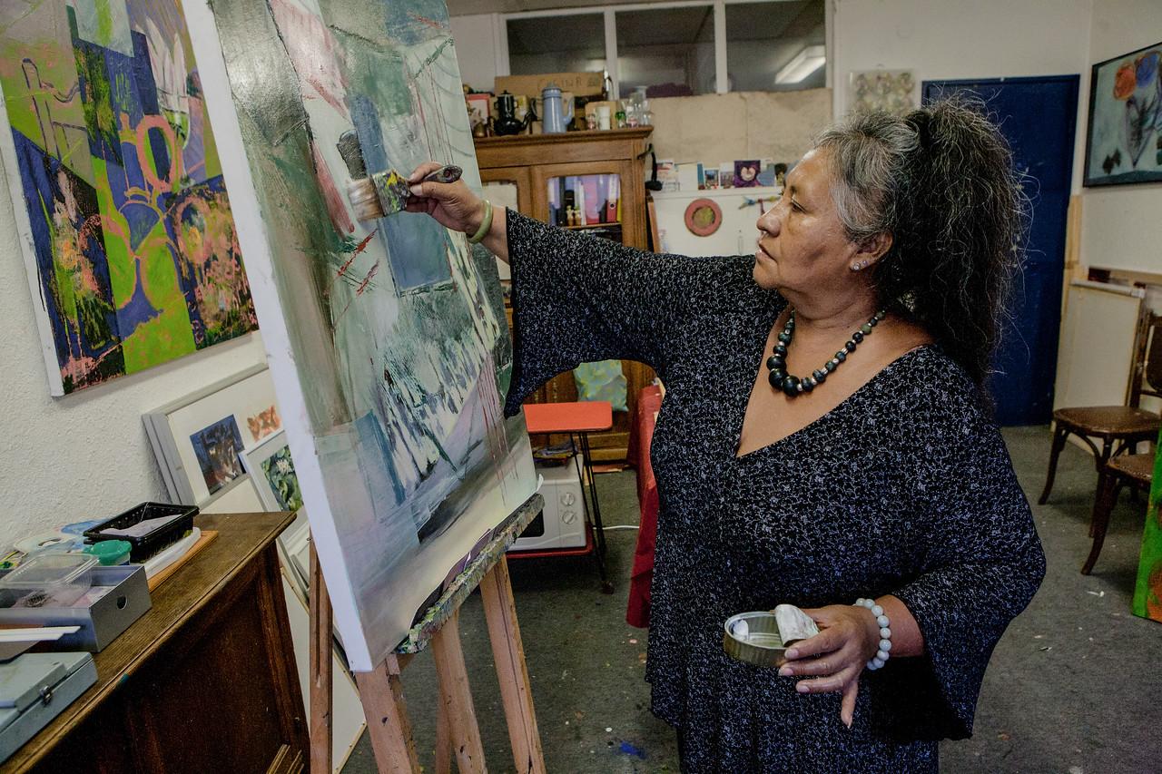 """LUCIA REYES DU MEXIQUE : Lucia Reyes, fleur de cactus<br /> Qui déambule dans les allées du Jardin Botanique ? Une artiste. Elle hume les couleurs et s'éblouit des parfums. Elle seule sait voir la brise qui se pose sur les roses, le corps qui dort écorché au milieu des pétales. """"Je veux réaliser des oeuvres indépendantes d'un lieu"""" dit Lucia Reyes. Mais il est des lieux qui font du lien. """"La serre du Jardin Botanique, c'est le coeur de Strasbourg. C'est d'une grande beauté."""" Bien loin de Coyoacan (Mexique), Lucia Reyes s'étonne que son mari n'ait pas appelé son fils Hans mais Tlaloc, comme le dieu aztèque de la fertilité. L'artiste strasbourgeoise veut réaliser une oeuvre de lumières sur les fleurs du Jardin Botanique. Quand arrive l'hiver, Lucia Reyes se sent comme les roses: """"Je suis en train de disparaître"""". Mais il y a une vie après l'amor."""