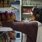 """RAMANY DORE D'INDE : Ramany Doré au parfum d'humanité<br /> Quand s'ouvre la porte du magasin Indian Bazar, ce ne sont pas des clients qui entrent, ce sont des amis. Ramany Doré n'aime pas dire """"clients"""". Les """"amis"""" qui franchissent le pas de la porte entrent dans un univers de parfums, d'épices, de produits d'art et d'artisanat. C'est tout l'univers indien qui baigne dans ce petit """"bazar""""  un peu perdu dans la ville, loin des circuits touristiques traditionnels. Ramany prend le visiteur par la main, ou presque, pour lui faire partager son infini bonheur d'être là. Ramany partage sa joie de vivre autour d'elle, dans cette ville de Strasbourg qu'elle aime car elle est si multiculturelle, si humaniste aussi, si apaisée, tout comme elle."""