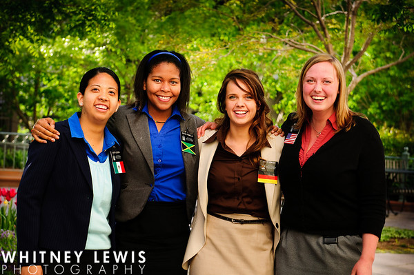 Sister Missionaries on Temple Square