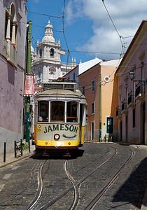 Le tram 28...le plus célèbre des moyens de transport de Lisbonne reconnu par tous les touristes par l'originalité de son parcours.