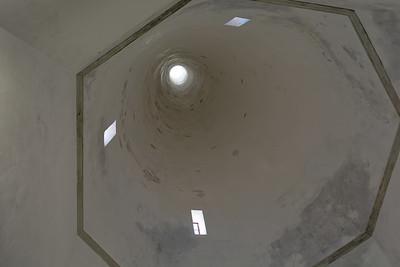Une des deux cheminées de cuisine qui dominent le château (vue intérieure).