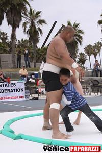 06 13 09  SUMO WRESTLING ON VENICE BEACH  United States sumo wrestlers U S  Championships   www ussumofederation org  www sumodan com   www sumoshimpo com   www usasumo com (16)