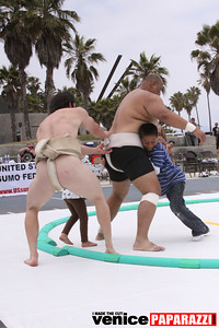 06 13 09  SUMO WRESTLING ON VENICE BEACH  United States sumo wrestlers U S  Championships   www ussumofederation org  www sumodan com   www sumoshimpo com   www usasumo com (14)