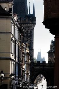 PRAGUE. La tour Lesser et le pont Charles.