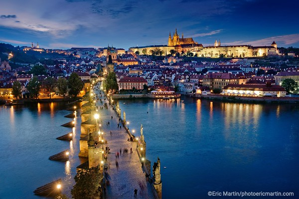 PRAGUE. Le Pont Charles et le chateau de Prague.