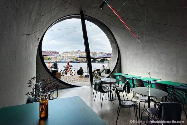 PRAGUE. Les quais Náplavka réhabilités en 2019 par l''architecte Petr Janda qui a placé des hublots géants en portes-fenêtres sur les anciens entrepôts convertis en nouveaux cafés et galerie d'art. Ici le  bar/cafe/bistro LAb Space.