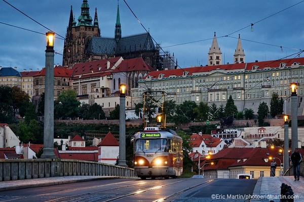 PRAGUE. Tramway sur le  pont Mánes à 'aube avec en arrière-plan le Château de Prague.