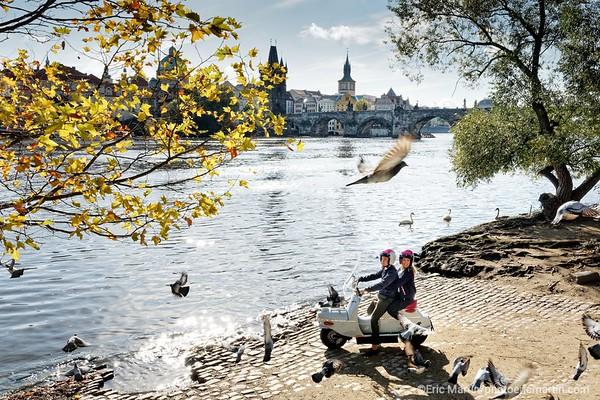 PRAGUE. Decouvrir Prague au guidon d'un vespa de l'est: le Čezeta. Des passionnés ont relancé le modèle de 1957 en l'équipant d'un moteur électrique. L'Hotel Josef propose en exclusivité à ses clients une échappée gratuite de trois heures.