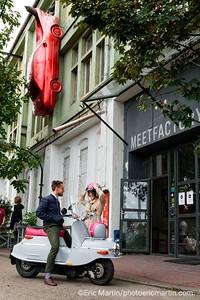PRAGUE. La MeetFactory anime la scène culturelle alternative. Decouvrir Prague au guidon d'un vespa de l'est: le Čezeta. Des passionnés ont relancé le modèle de 1957 en l'équipant d'un moteur électrique. L'Hotel Josef propose en exclusivité à ses clients une échappée gratuite de trois heures.