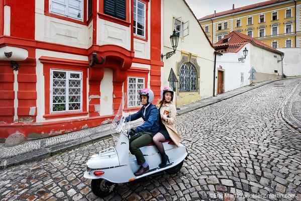 PRAGUE. Decouvrir Prague  ( ici le quartier de Hradčany ) au guidon d'un vespa de l'est: le Čezeta. Des passionnés ont relancé le modèle de 1957 en l'équipant d'un moteur électrique. L'Hotel Josef propose en exclusivité à ses clients une échappée gratuite de trois heures.