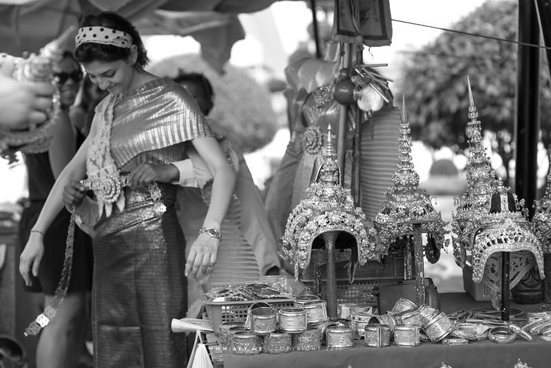 Thai Traditional Dress Rental for tourist, Wat Arun Ratchawararam