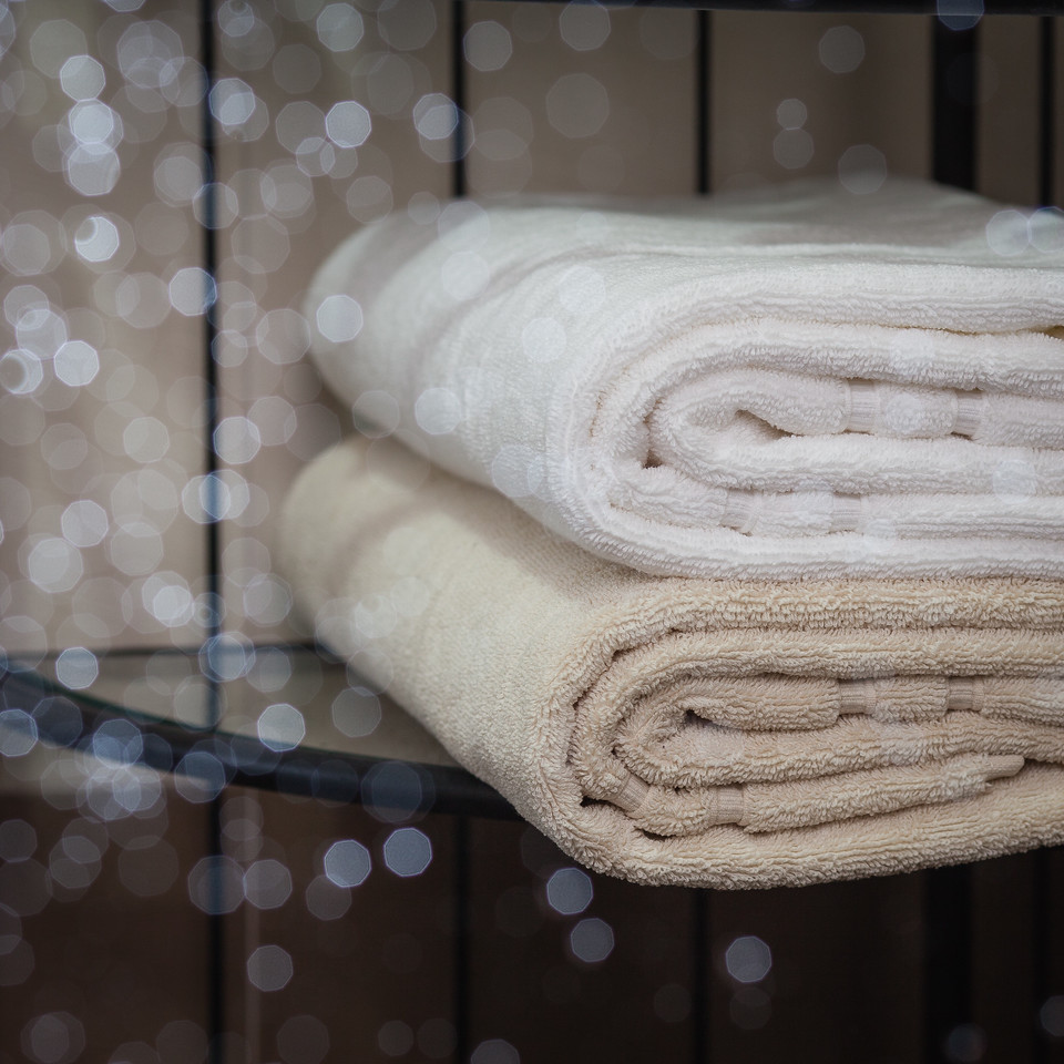 QUTN, Bath Terry Towel (Natural and White), 70cm x 125cm, 700 gsm, High Quality 100% Organic Cotton, Fair Trade Certified. The bath towel is large enough to dry you and not too large if you also want to take it with you to the gym or on holiday.