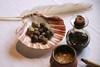 Noix de galle.<br /> La galle est une excroissance due à des piqûres d' animaux parasites sur certains végétaux.<br /> On en fait un colorant naturel de couleur noire en l' associant au sulfate de fer.