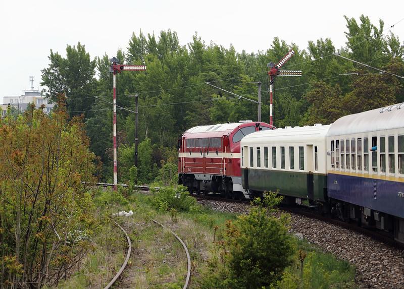 M61 006 (92 55 0618 006-4 H-MNOS) outside Komarno on 27th April 2017 working PTG Railtour (1)