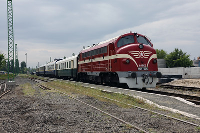 M61 006 (92 55 0618 006-4 H-MNOS) at Budapest Angyalfold on 27th April 2017 working PTG Railtour (11)
