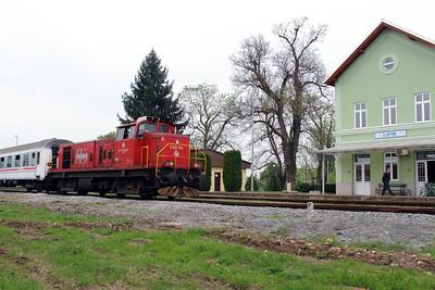 2) 2041 104 (98 78 2041 104-7) at Lipik on 6th April 2014 working railtour