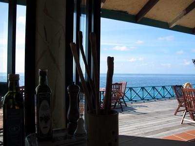 Globalizace: Cech s japonskym fotakem na Maledivach v Italske restauraci se svycarskymi cenami v dolarech