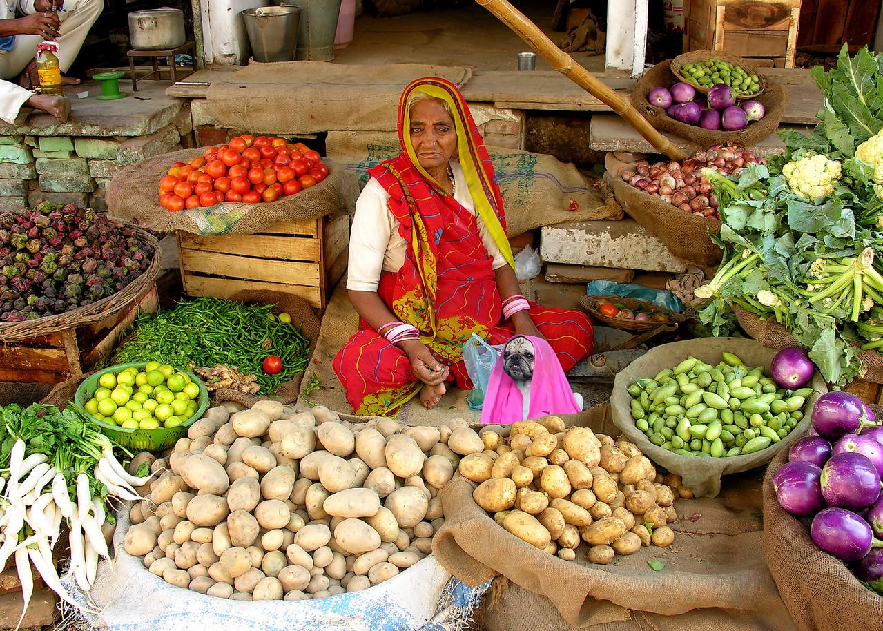 MARKET LADIES - VARANASI, INDIA