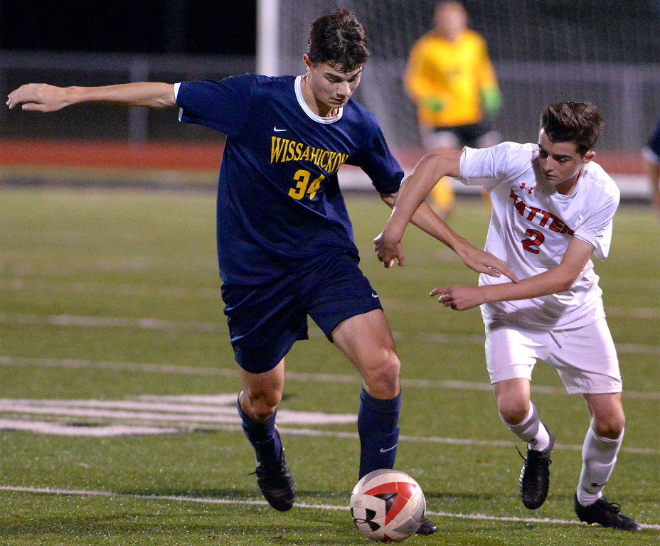 . Wissahickon\'s Jacob Cohen battles Hatboro Horsham\'s Matty Harmon for possession Oct. 10, 2017. / Bob Raines--Digital First Media