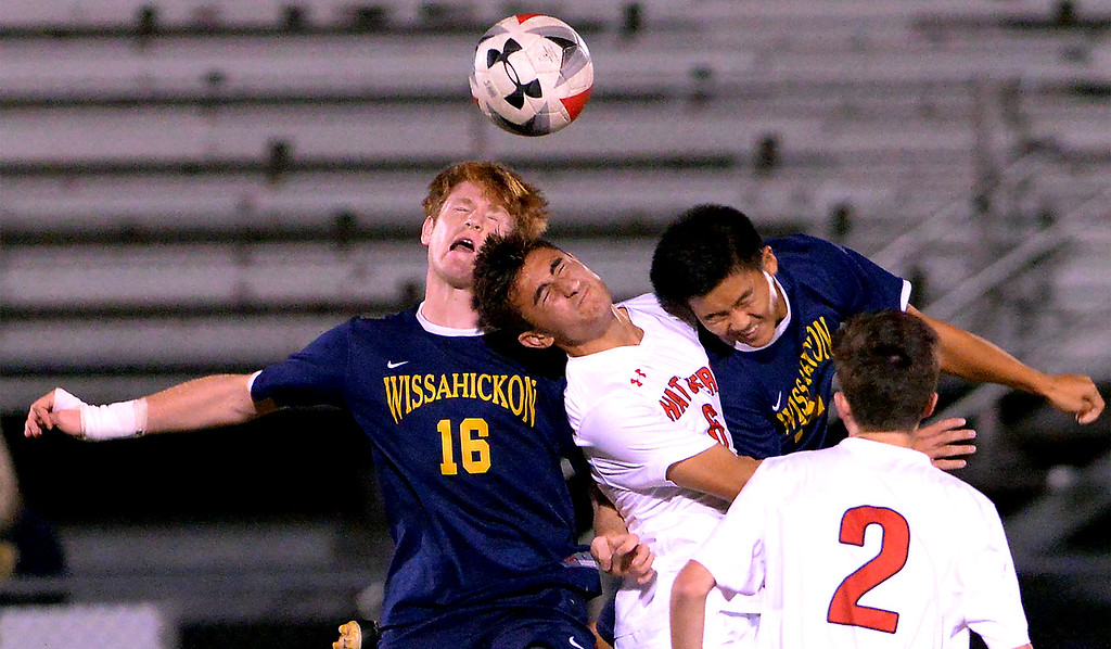 . Hatboro Horsham\'s JD Mallinder battles Wissahickon\'s Liam Weiss and Matthew Om for a head ball Oct. 10, 2017. / Bob Raines--Digital First Media