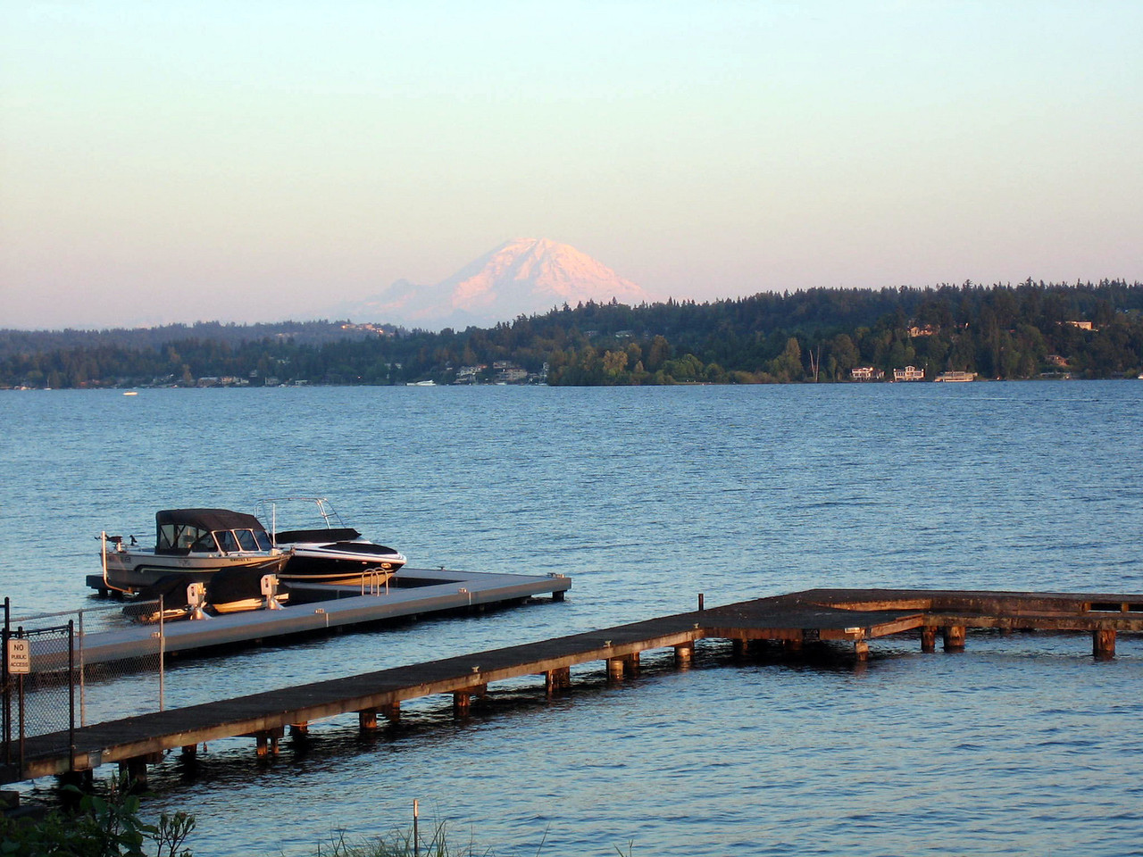 This is a great spot I found in Medina. Bill Gates lives somewhere nearby. That's Mount Rainier in the background.