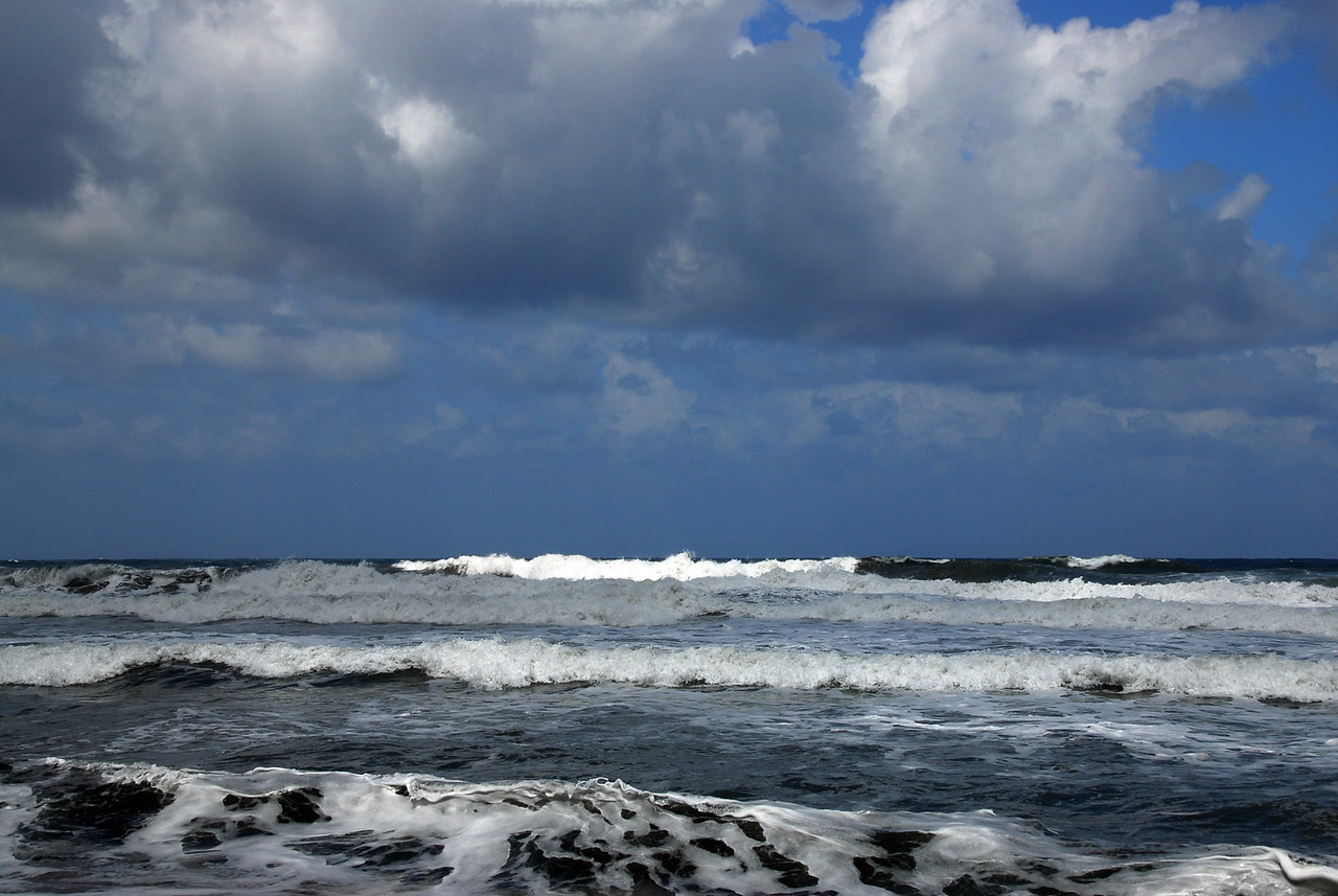 Huge waves near Pololu Valley, Hawaii