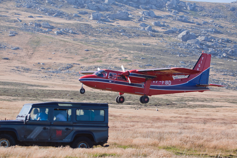 The FIGAS plane landing at Carcass Island, Falkland Islands / Islas Malvinas