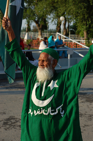 Pakistan, Wagah Border: The old timer gets the crowd ready.
