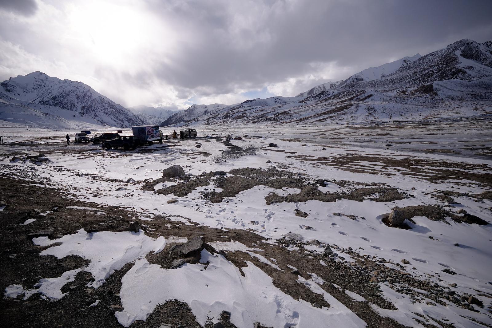 昆杰拉布山口的山脉和积雪