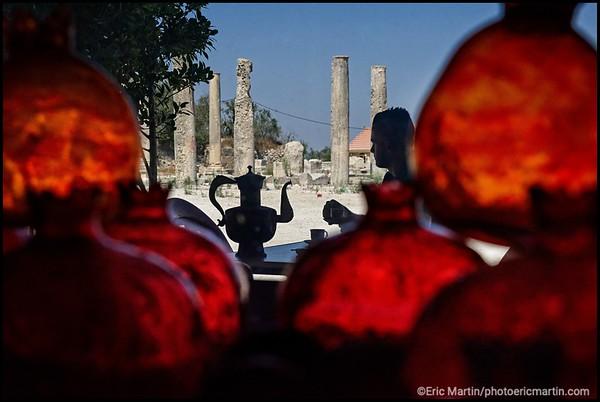 ISRAEL. PALESTINE. SITE ARCHÉOLOGIQUE DU VILLAGE DE SEBASTIA VU À TRAVERS LES BOULES EN VERRES SOUFFLÉS FABRIQUÉES À HEBRON QUI SONT EN VENTE DANS LA VITRINE DU SALON DE THE HOLY LAND SUN