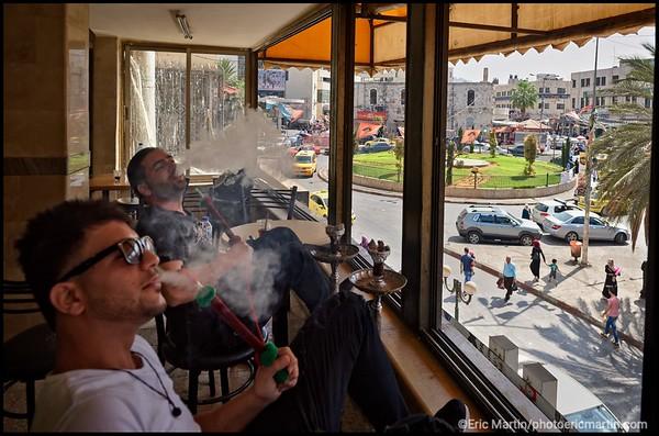 ISRAEL. PALESTINE. VILLE DE NAPLOUSE. CAFE SURPLOMBANT LA PLACE DES MARTYRES