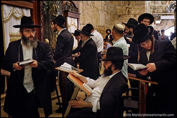 ISRAEL. PALESTINE. VIEILLE VILLE DE JERUSALEM. Juifs orthodoxes en priere sous l arche de Wilson dans la partie couverte du Mur des Lamentations