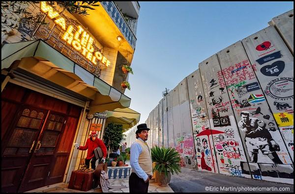 ISRAEL. PALESTINE. BETHLEEM. L'hôtel-galerie d'art WALLED OFF qui offre, selon son créateur l'artiste Banksy, la pire vue au monde
